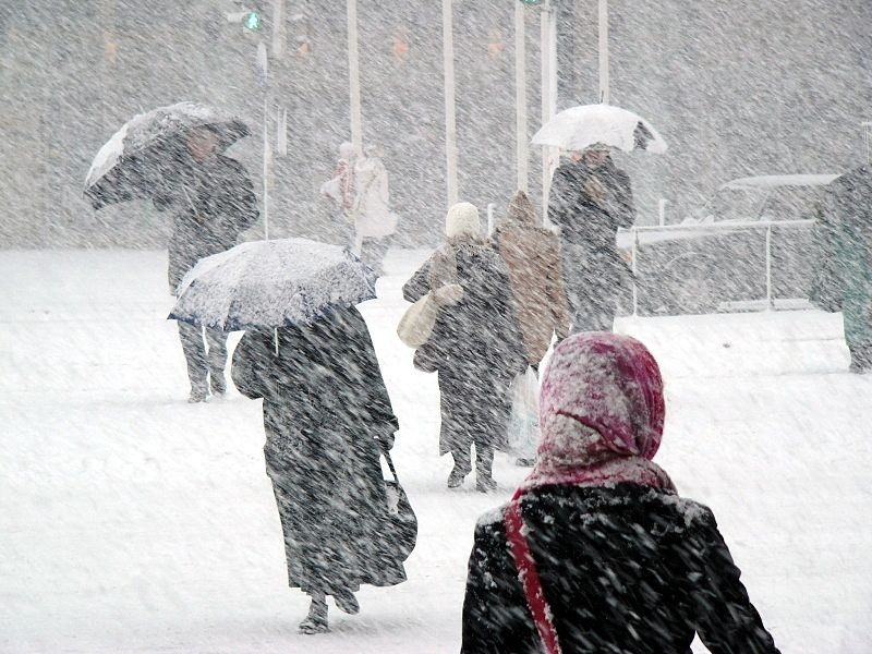 Crowds of people hurry home as winter storm juno arrives